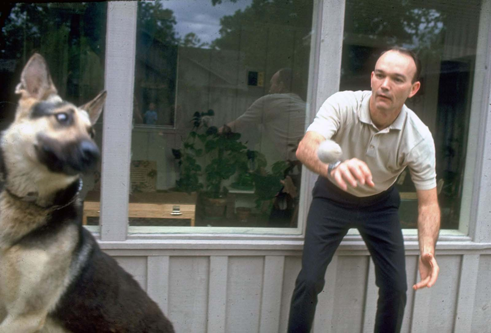 Piloto do Módulo de Comando do Apollo 11 Michael Collins aproveita algum tempo com seu cachorro.
