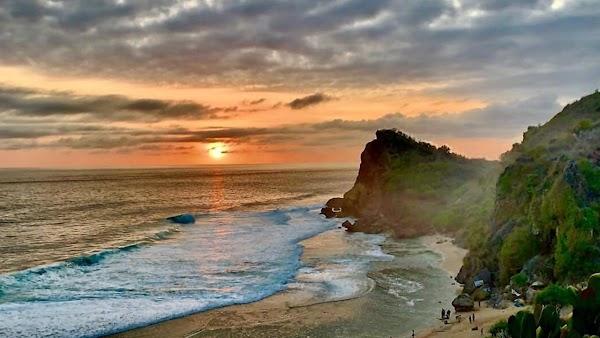 Pesona Elok dan Sejarah di Wisata Pantai Ngobaran
