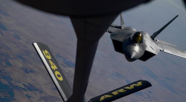 أقوى مقاتلة أمريكية تظهر تالفة في سماء سوريا (صور)