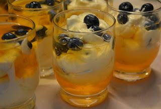 mascarpone z galaretką i owocami