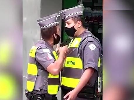 Il poliziotto brasiliano minaccia il suo collega con una pistola alla testa perché lo critica