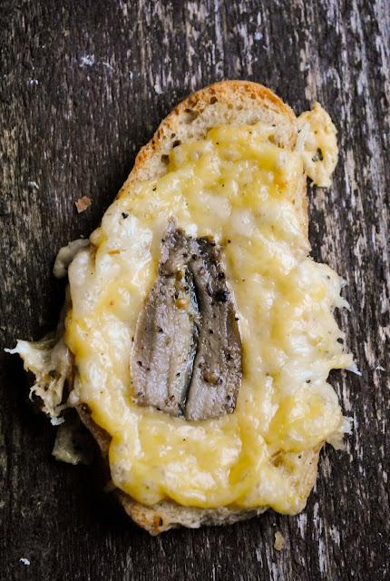 Krõbedad ahjusaiad kilu ja juustuga
