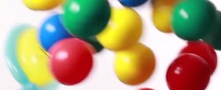 Ein Tennisschläger als Ballonmodellage mit vielen bunten Luftballons.