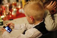 Chiediamoci se è giusto che i bambini spendano tanto tempo davanti agli schermi dei telefoni