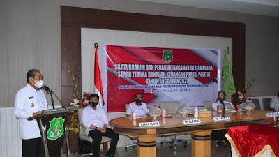 Dukung Kinerja Parpol, Bupati Dollah Mando  Serahkan Bantuan Keuangan