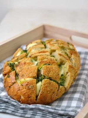 Pan relleno de queso, ajo y perejil receta