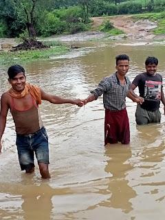 मानव श्रंखला बनाकर नदी पार करने को मजबूर ग्रामीण