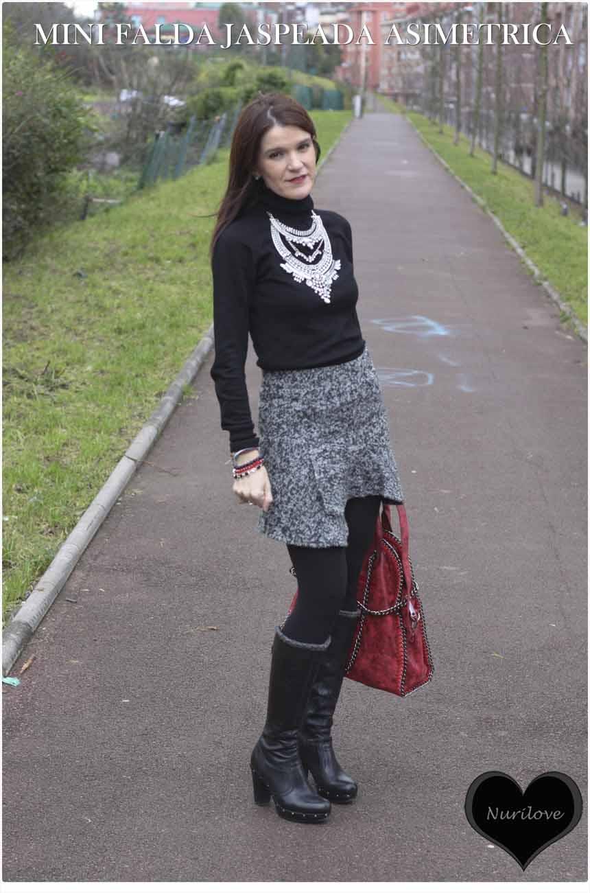 Mini falda jaspeada asimétrica gris y negra que sienta de muerte