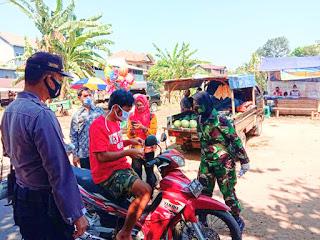 Aksi Babinsa Korps Wanita Peltu (K) Chandra Yulia K Bagikan Masker Kepada Warga