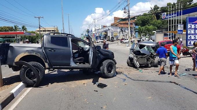 Acidente com quatro veículos deixa um morto e feridos em Lauro de Freitas; vídeo