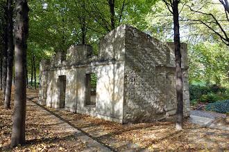 Paris : Ruines d'une folie datant du XVIIIème siècle dans le parc de Bercy - XIIème