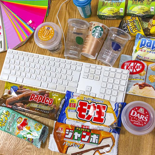 仕事の机上。アイスのパッケージが数多く並ぶ