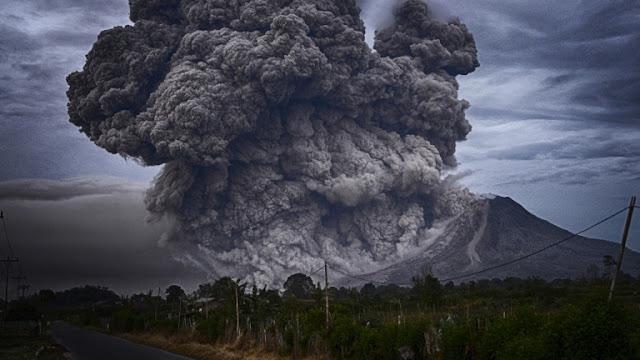 Российских туристов накрыло пеплом на Бали
