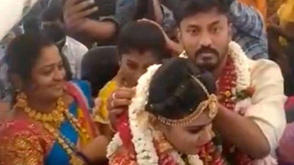 Pareja de La India desafía medidas por covid y se casan a bordo de un avión con 160 invitados