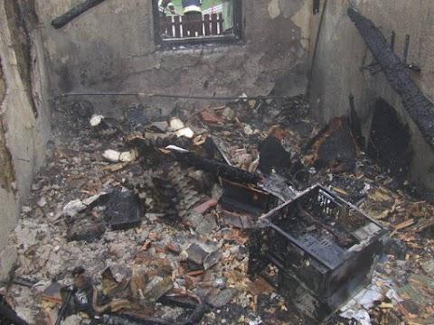 Teljes terjedelmében égett egy lakóház Tiszapüspökiben