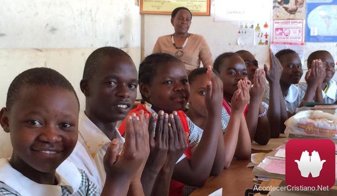 Niños sordos de Kenia aprenden Biblia
