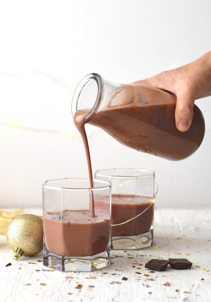Sirviendo el ponche crema de chocolate en un vaso