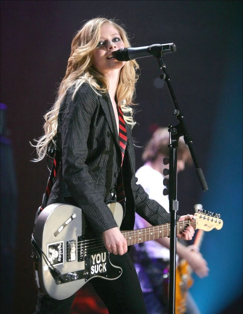 Avril Lavigne Performance Clicks at Tsunami Relief Benefit Concert in Vancouver 29 Jan-2020