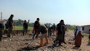 Camat Antapani, Kerja Bareng Satgas Sub 10-22 Bersihkan Sungai Cibodas