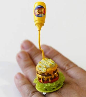 Un poco de mostaza en tu anillo de hamburguesa.