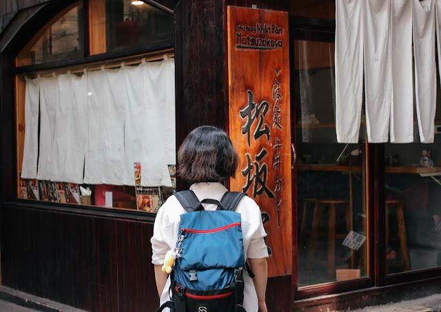 Vốn được biết đến là nơi sinh sống, làm việc của nhiều người Nhật Bản, một đoạn ngắn đường Lê Thánh Tôn quy tụ nhiều nhà hàng, quán ăn, spa... đậm chất xứ sở mặt trời mọc. Ghé khu Little Japan bạn có thể thưởng thức vô số món ăn hấp dẫn như bánh takoyaki, mì ramen, sashimi, sushi, mochi... Khu phố nhỏ trở nên nhộn nhịp nhất vào chiều tối khi những bảng hiệu đã lên đèn, các quán bar bắt đầu mở cửa.