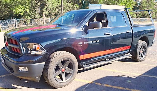 red-stripe-and-emblem-on-dark-blue-dodge-ram-1500