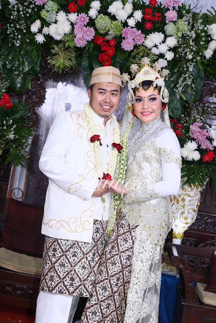 Pengantin dengan adat jawa hijab akad nikah paes