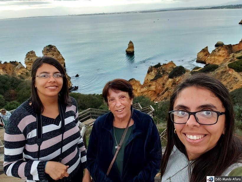 Posando na Praia do Camilo no Algarve