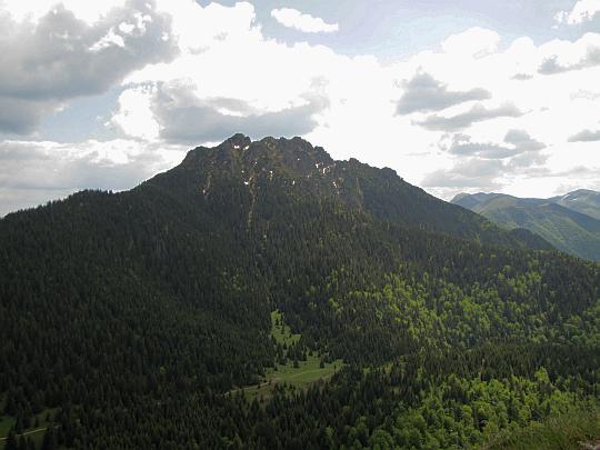 Wielki Rozsutec (słow. Veľký Rozsutec, 1610 m n.p.m.) widziany ze szczytu Małego Rozsutca.