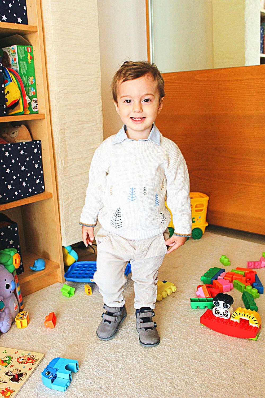 toddler boy beige neutral fall winter outfit with corduroy pants, jesenja zimska moda za decake