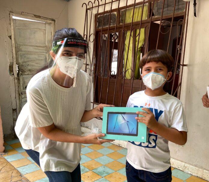 La Fundación Gases del Caribe entrega tablets a niños y docentes del Atlántico