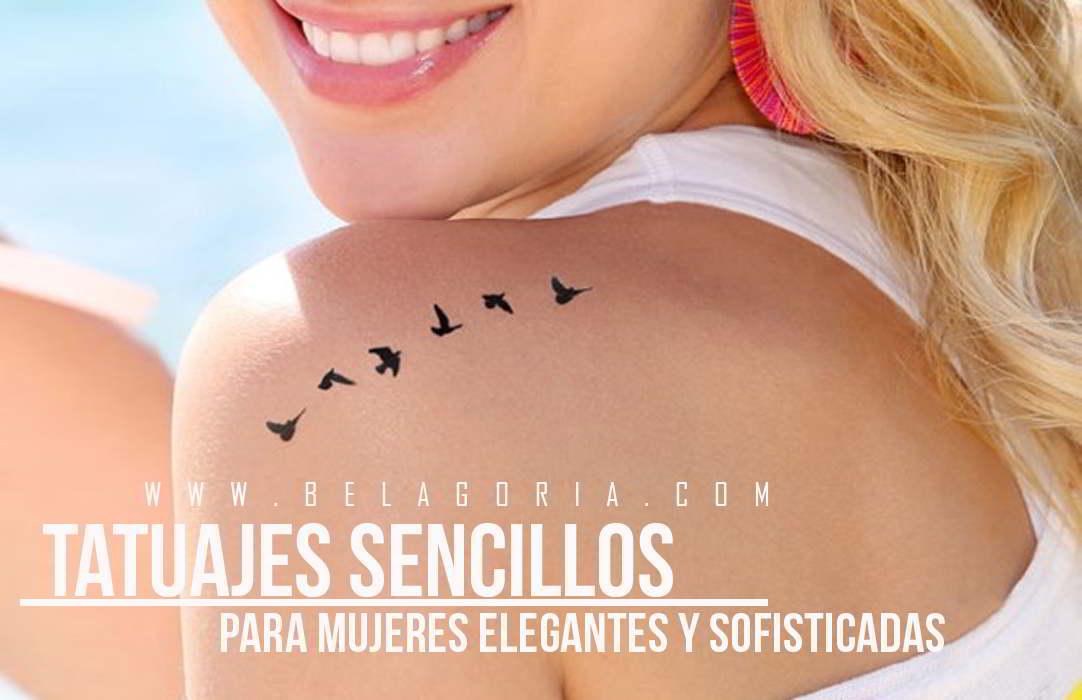 Chica rubia sonriendo, lleva tatuaje elegante en el hombro