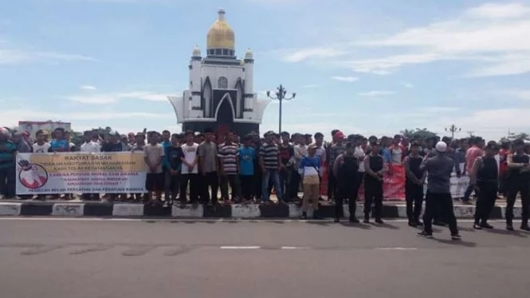 Puluhan Pemuda Tolak Rocky Gerung dan Neno Warisman Datang ke Lombok