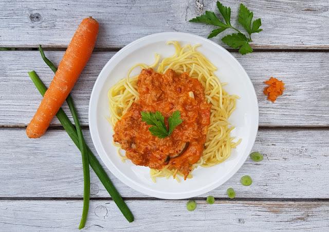 Rezept: Schwedische Spaghetti. Das einfache Pasta-Gericht, das dem Namen nach aus Schweden stammt, lässt sich schnell zubereiten und schmeckt total lecker. Zudem könnt Ihr darin gut Gemüse verstecken, wenn Euer Kind z.B. keine Karotten isst.