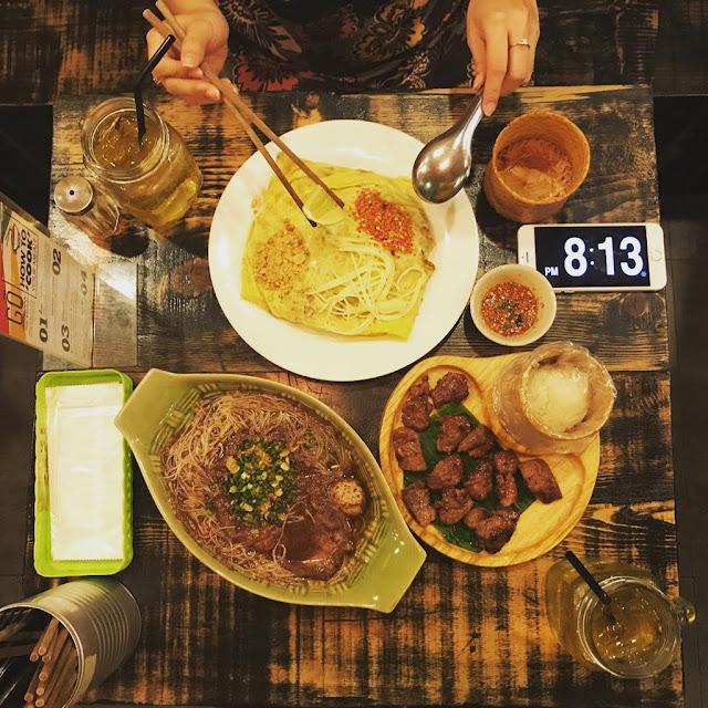 Quán ăn này được nhiều bạn trẻ yêu thích vì giá cả phải chăng, hợp túi tiền. Tại đây bạn có thể thưởng thức nhiều món Thái ngon lành như pad Thái gà hoặc tôm, thịt heo nướng ăn kèm xôi, kèm dừa Thái truyền thống, trà sữa Thái...