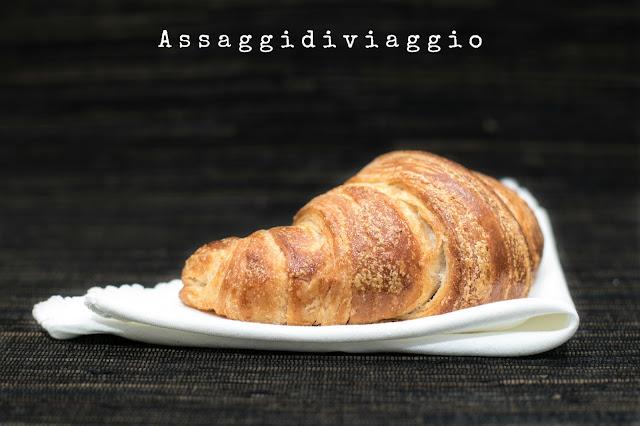 Croissants alla cannella con confettura di mele, uvetta e sciroppo d'acero