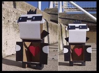 personaje hecho con caja de cartón reciclado