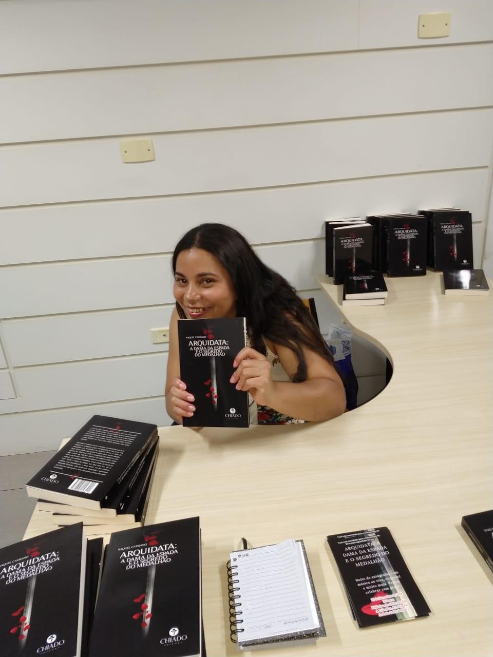 Contrariando a crise no setor editorial, escritora lança livro de ficção. b9e580a64f