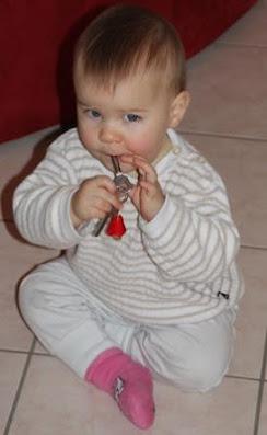 Kind hat Schlüsselbund im Mund