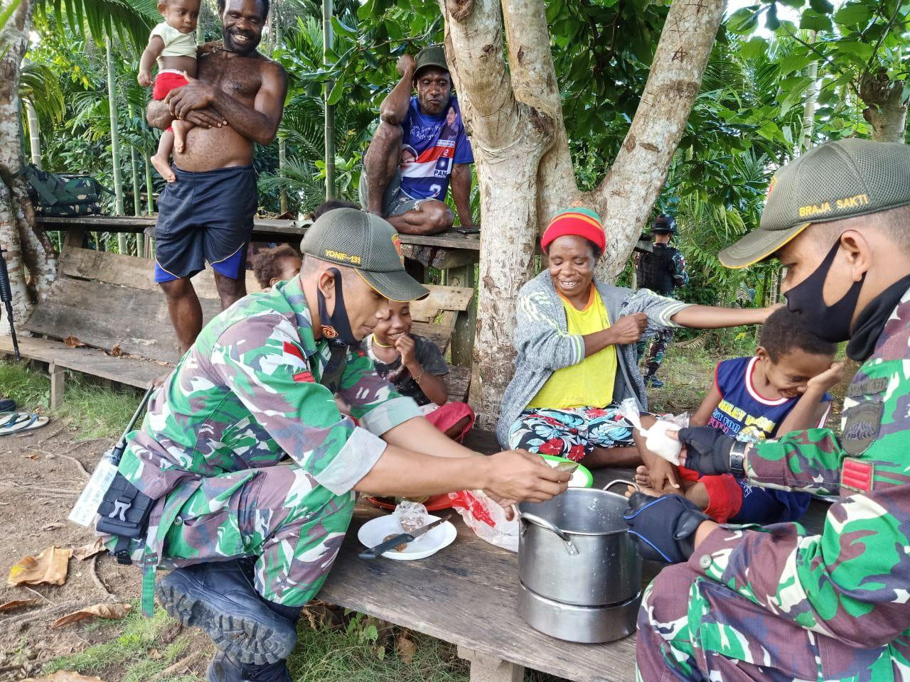 Dukung Pelaku UMKM, Prajurit TNI Ajarkan Emak-emak Cara Membuat Kue Tradisional