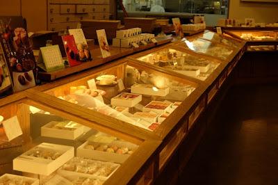 長野県飯島町の和洋菓子屋 信州里の菓工房 和菓子などが並ぶ
