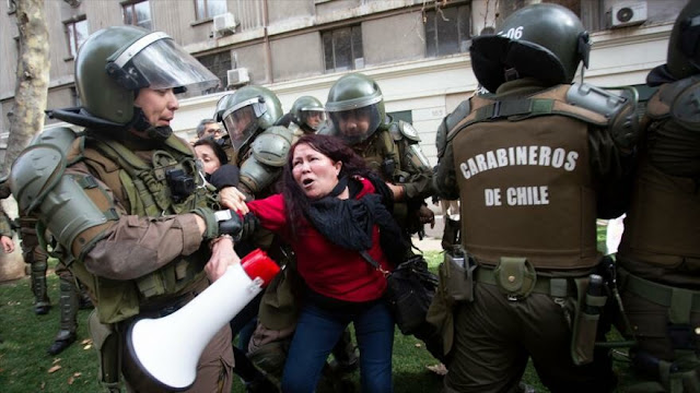 Carabineros reprimen una marcha de profesores en Chile