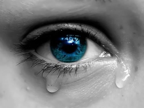 Olho com lágrimas #PraCegoVer