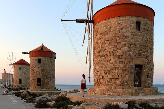 Mlini na pomolu ob mestu Rodos, Grčija