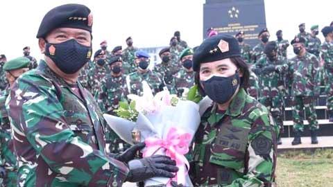 Panglima TNI Marsekal Hadi Tjahjanto bersama Marsda Reki Irene Lumme