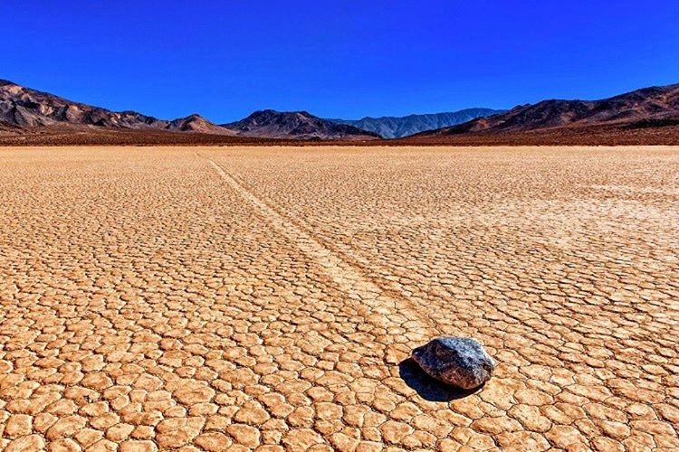 Racetrack Playa'daki hareketli kayaların gizemi 1940'tan beri birçok bilim adamının gündemini meşgul etmiştir.
