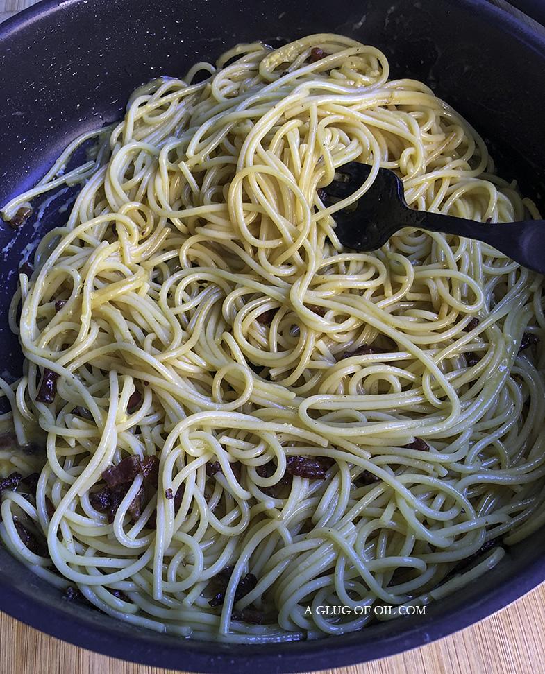spaghetti carbonara cooking
