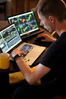 Adam Nowakowski's Day Trading Investor via Unsplash: https://unsplash.com/photos/MFms-wkv3Ow