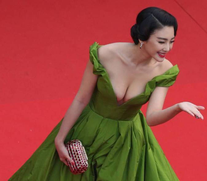 Zhang Yuqi (张雨绮 Zhāng yǔ qǐ) steals show with risque dress