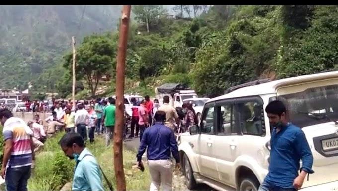 रूद्रप्रयाग के भटवाड़ी सैंण  में बड़ा सड़क हादसा 2महिला समेत 4लोग  थे वाहन में सवार -देंखे पूरी खबर